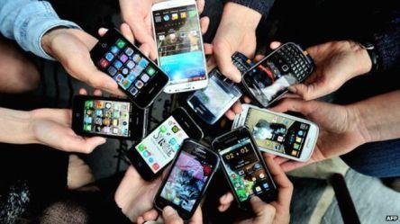 _77782703_smartphonesmanyafp